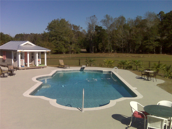 Double Roman Pool with In-pool Side Bench Seat, Diving Well and Tri-level Bottom
